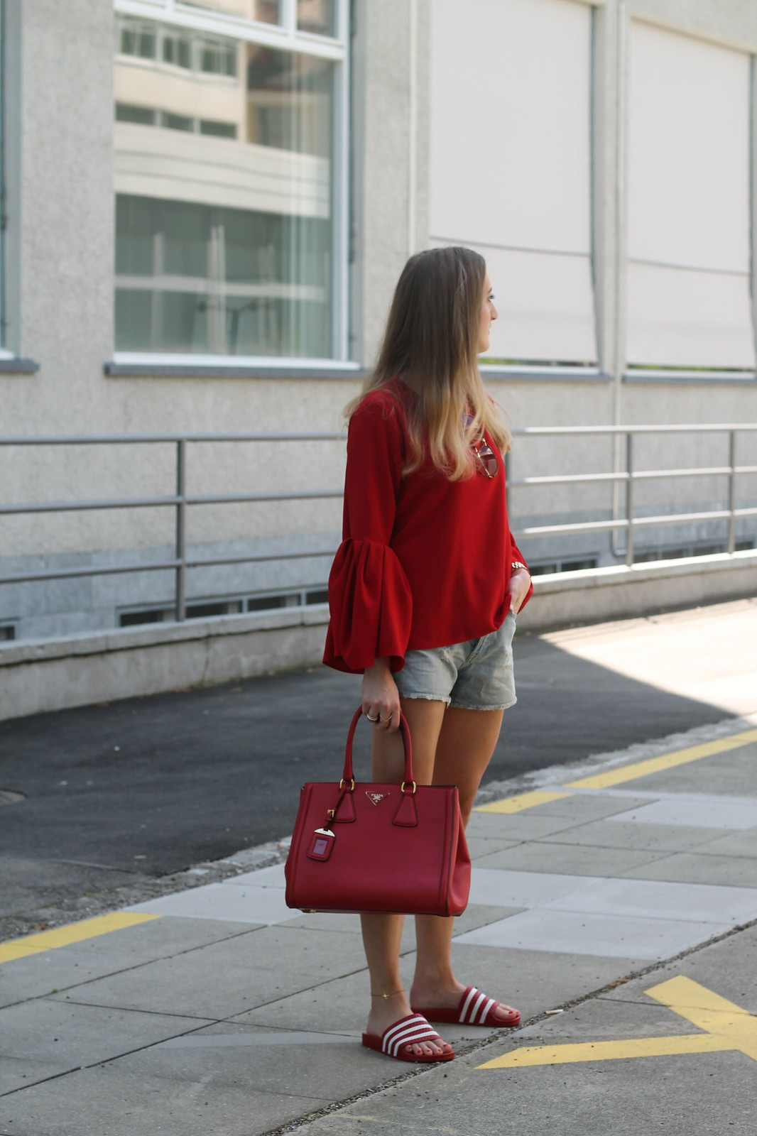 red-blouse-and-adiletten-whole-look-side-wiebkembg