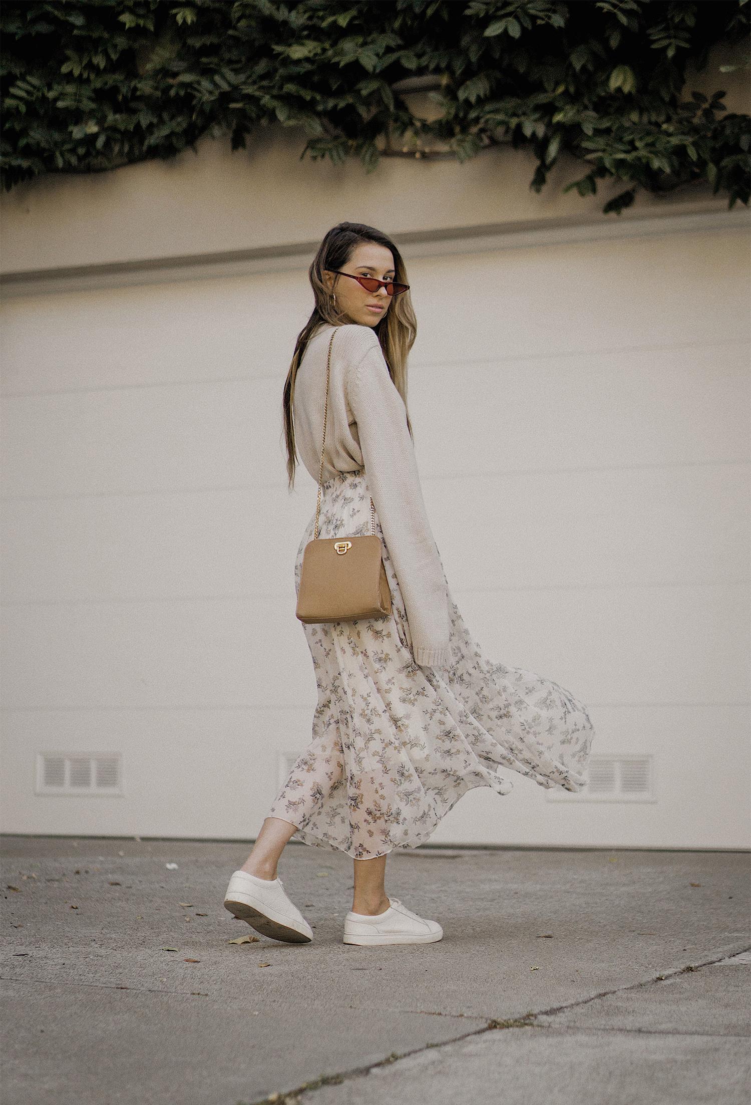 neutral_outfit_street_style_look_beige_tobi_sweater_long_skirt_romantic_beret_sneakers_vintage_lena_juice_the_white_ocean_02