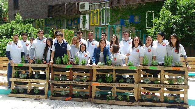 trabajadores de Ab InBev con los jardines verticales que han preparado