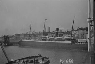 Ship at Montréal harbour, Quebec / Navire au port de Montréal (Québec)