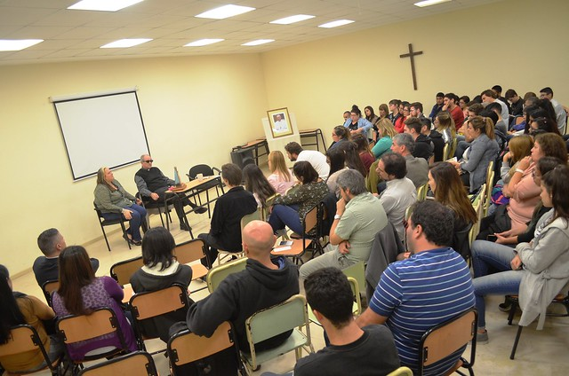 """El obispo con estudiantes del Profesorado """"Sáenz"""""""