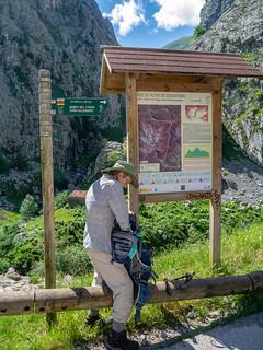 Wanderin in den Picos de Europa bei Poncebos