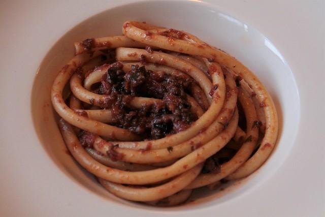 Maccheroncini met saus van ansjovis en olijven...