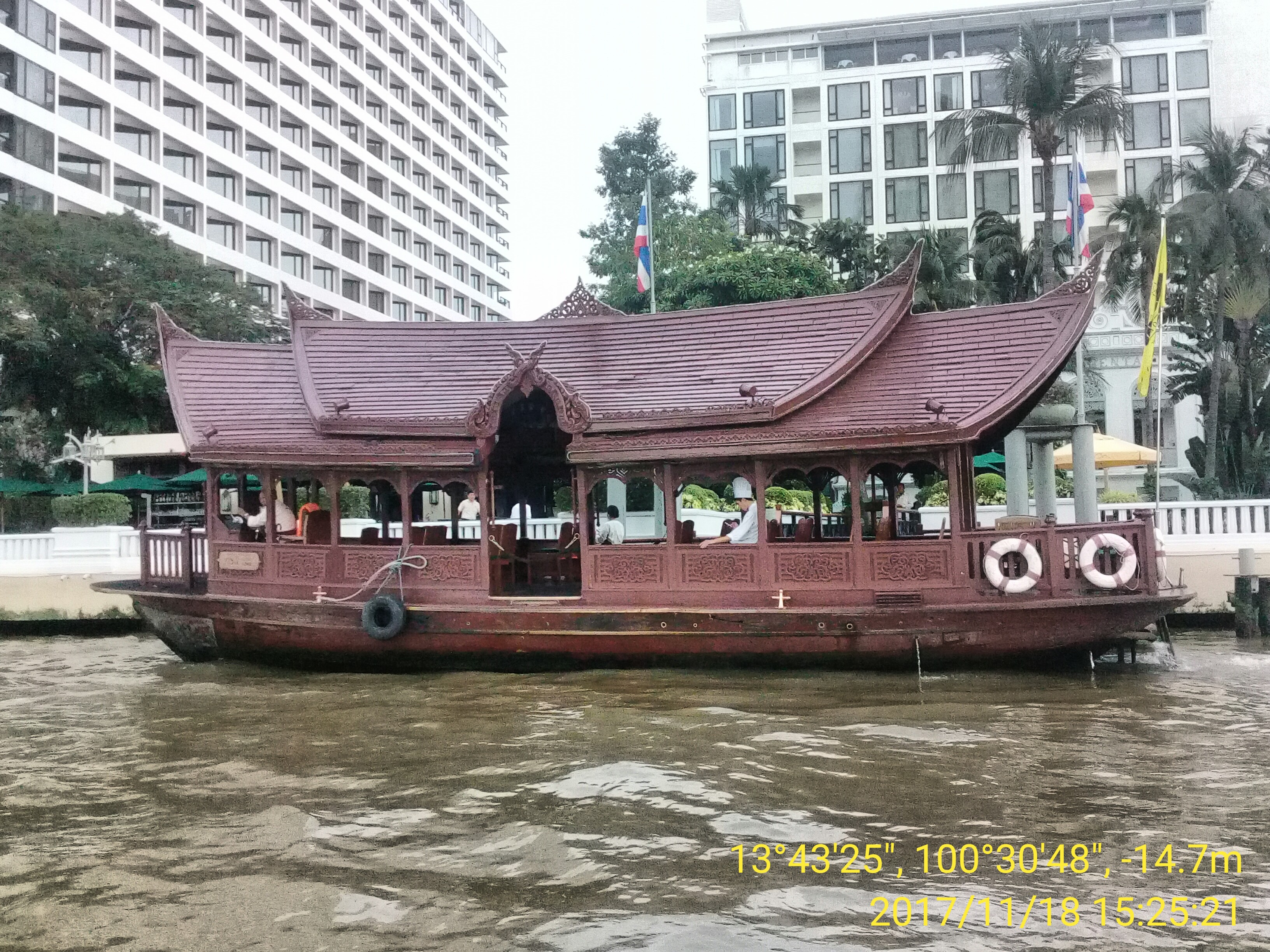 Elaborately-carved kraachaeng-type boat used to shuttle hotel guests on the Chao Phraya in Bangkok. Photo taken by Mark Joseph Jochim on November 18, 2007.