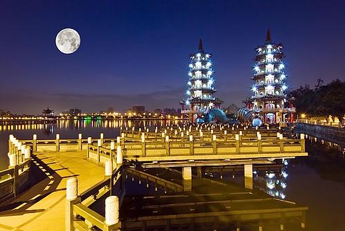 蓮池潭-浪漫的夜晚漫步在光彩奪目的湖畔
