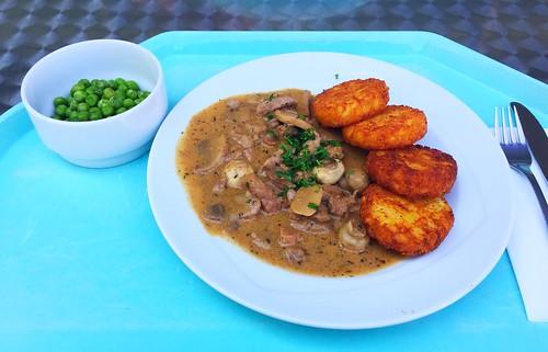 Veal chop zurich style with mushrooms & hash browns / Zurcher Kalbsgeschnetzteltes mit Egerlingen & Kartoffelröstis