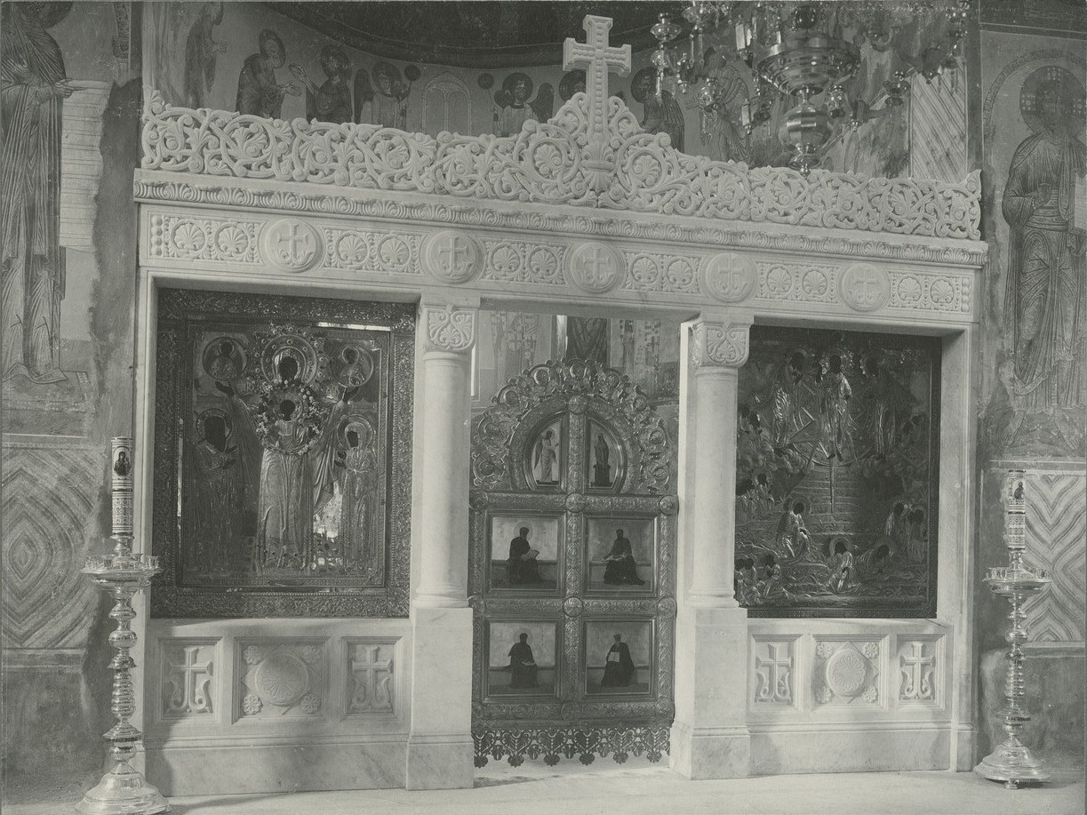 Общий вид иконостаса  Спасо-Преображенского собора Мирожского монастыря