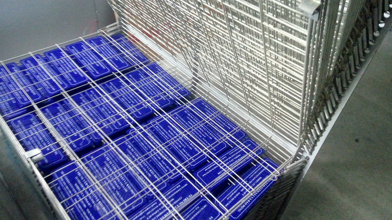 Giá đựng các sản phẩm in lưới được chia làm nhiều tầng để đựng với số lượng hàng ngàn sản phảm cùng lúc