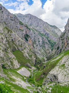 Blick vom Mirrador Lallende (Bulnes 'oben') auf den Wanderweg