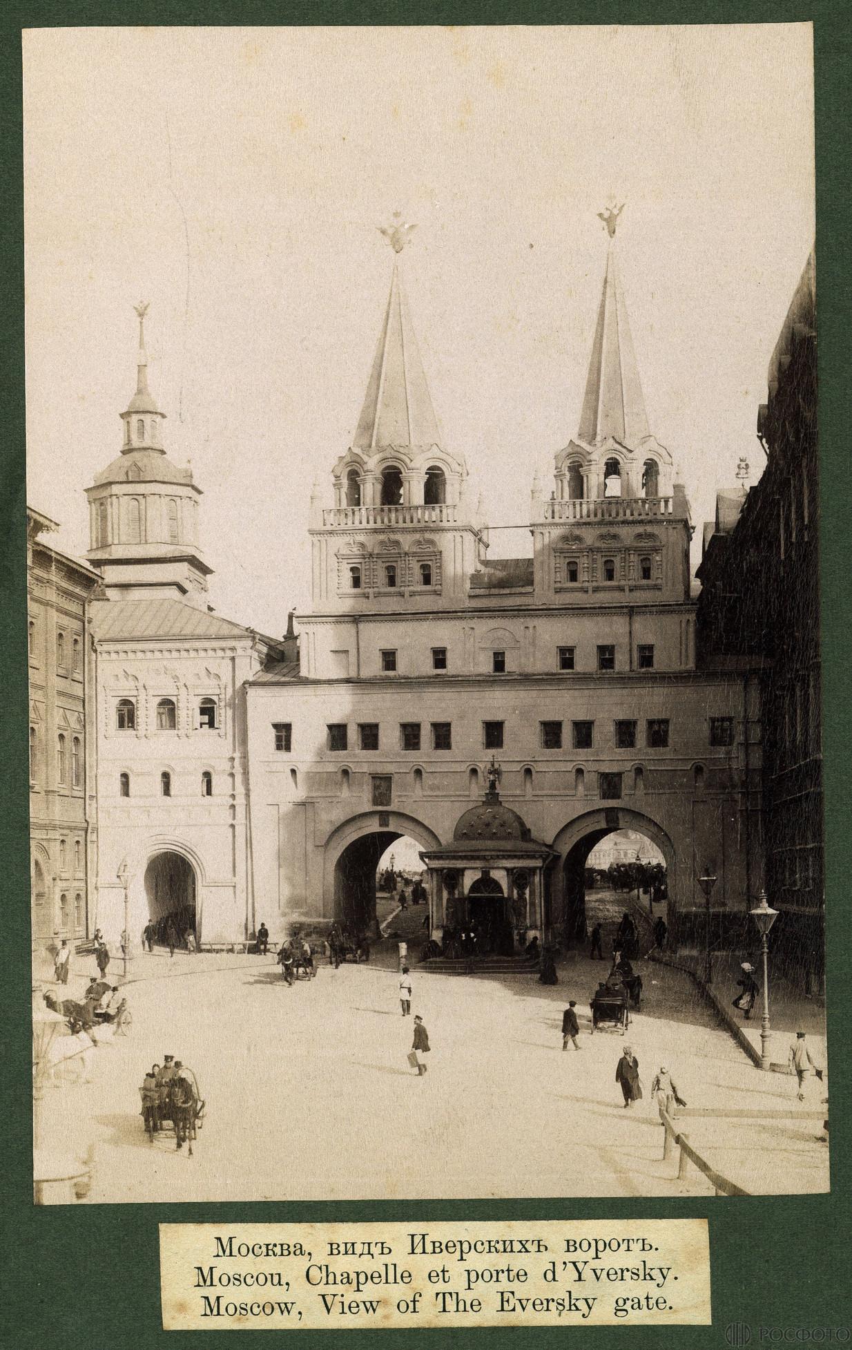 Вид на часовню Иверской Богоматери в Воскресенских воротах Китай города