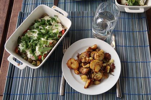 Rosmarin-Bratkartoffeln zu Zucchini-Oliven-Tomaten-Mozzarella-Resteverwertung