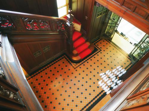 近代建築・旧乾邸玄関ホールを見下ろす