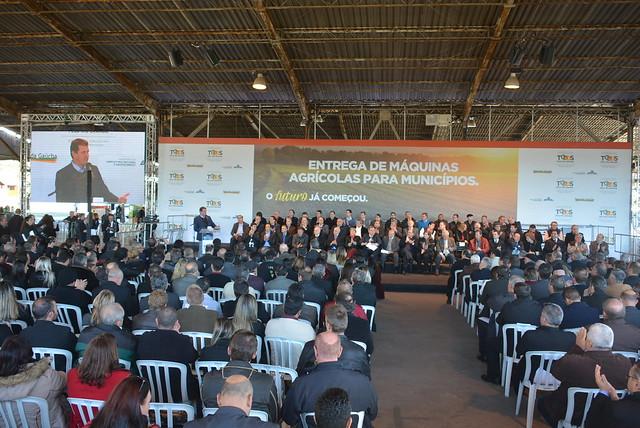 Cerimônia de entrega de máquinas e equipamentos a municípios gaúchos