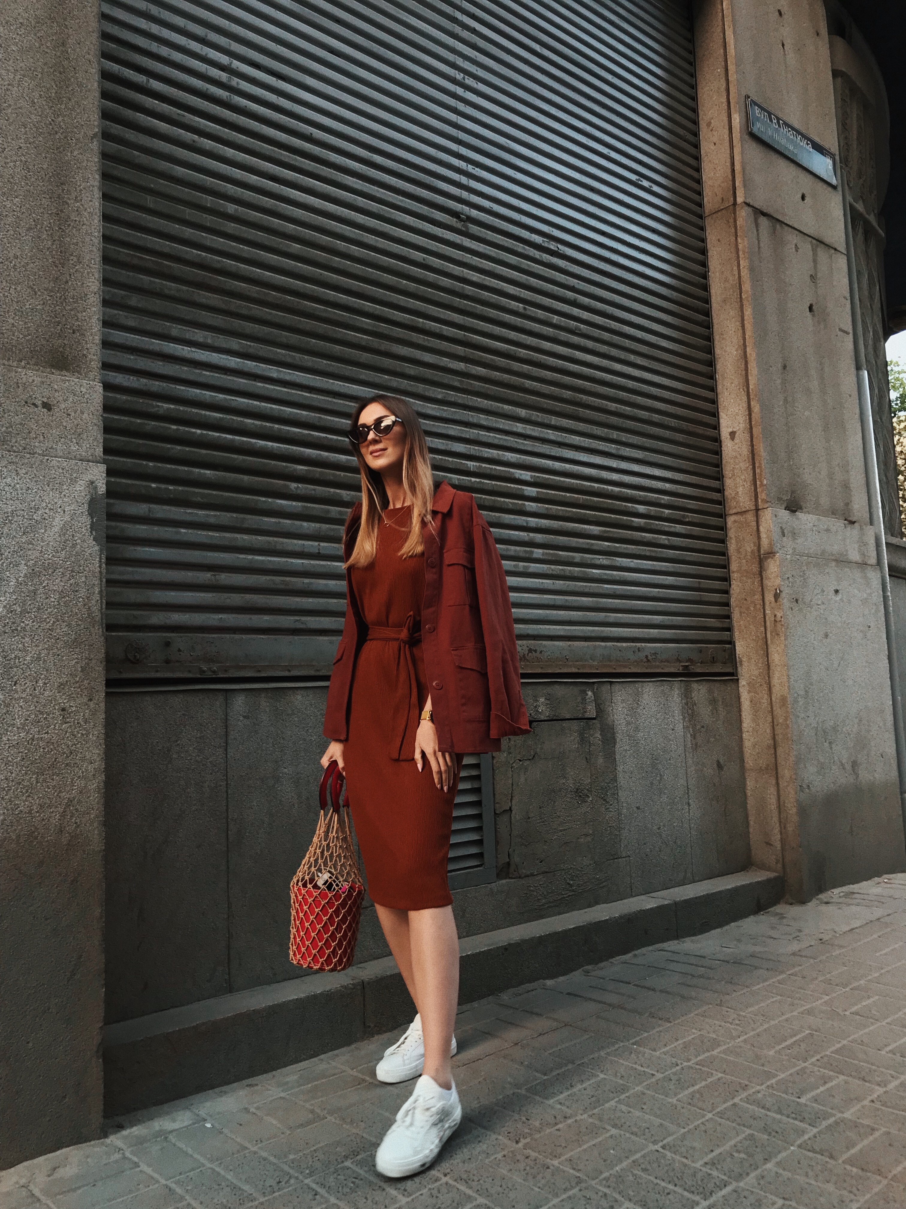 monochrome-red-brown-outfit-street-style