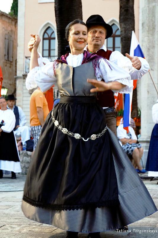 Пара из словенской фольклорной группы