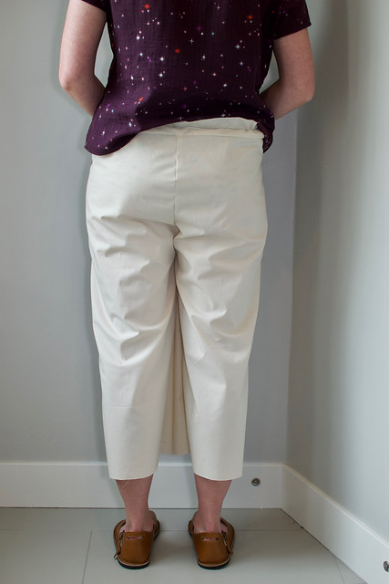 Image of a woman in muslin pants demonstrating fabric pooling at the lateral side of the knee.