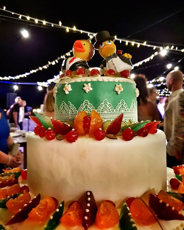 Wedding cake #wedding #cake #ducks #marzamemi #sicily #igers #igersitalia #colorful #colors #party #beccacimmi #beccacimmiwedding #lights #dark #love