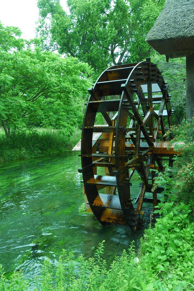 信州安曇野大王わさび農場にある黒澤明監督の1989年の映画「夢」のロケに使われた水車小屋