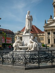 Skulpturen am Gendarmenmarkt