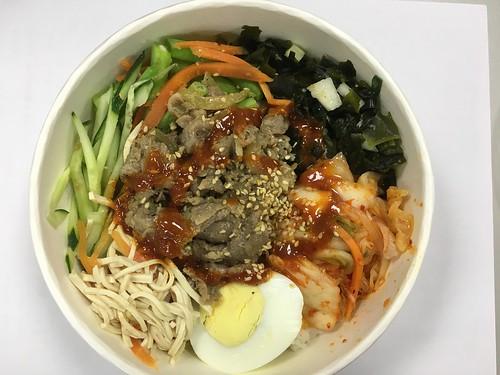 配料很豐富,有干絲、小黃瓜絲、四季豆拌胡蘿蔔絲、韓式泡菜、涼拌海帶芽、水煮蛋@古亭小菜館韓式拌飯