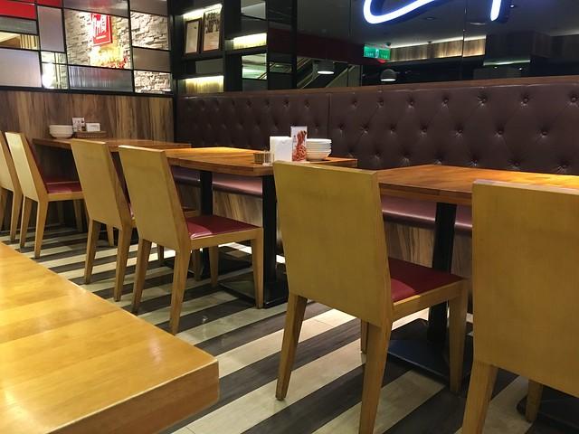 座位與桌距我滿喜歡的,夠寬敞@ 台北東區卡布里喬莎Capricciosa台北忠孝SOGO店