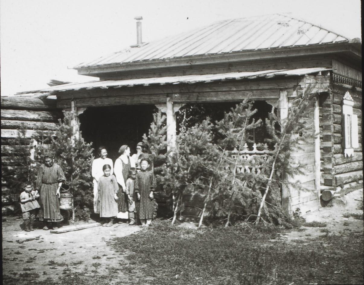 Якутская область. Окрестности Якутска. Дом в сибирском стиле. Семья якутских крестьян