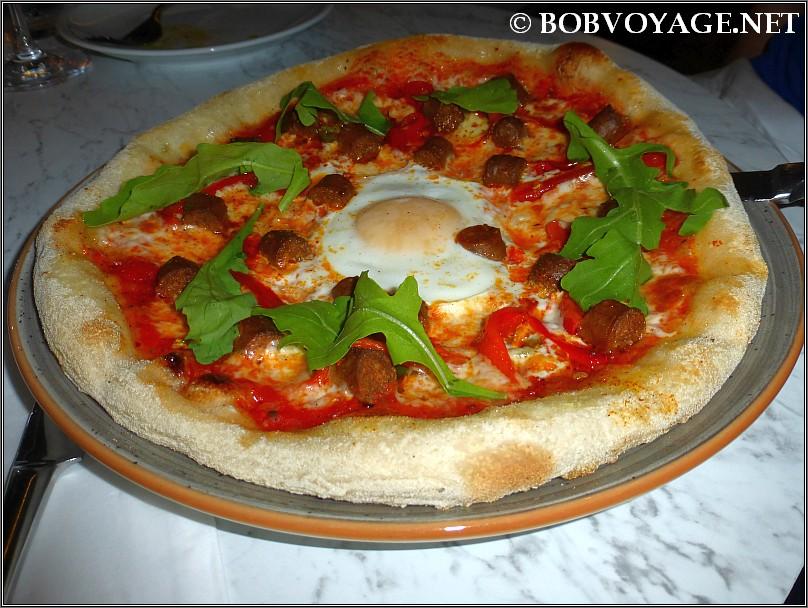 פיצה מרגז חריפה ב- הולה (hola) בערב