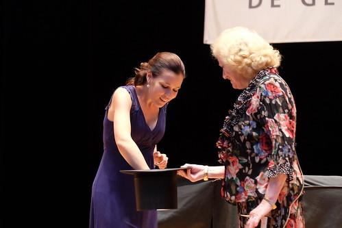 Johanna Engelbarth drar startbokstaven ur Sonja Stenhammars hatt