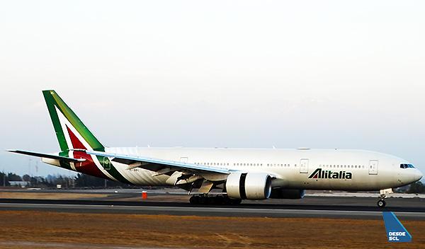 Alitalia B777-200ER landing SCL (RD)