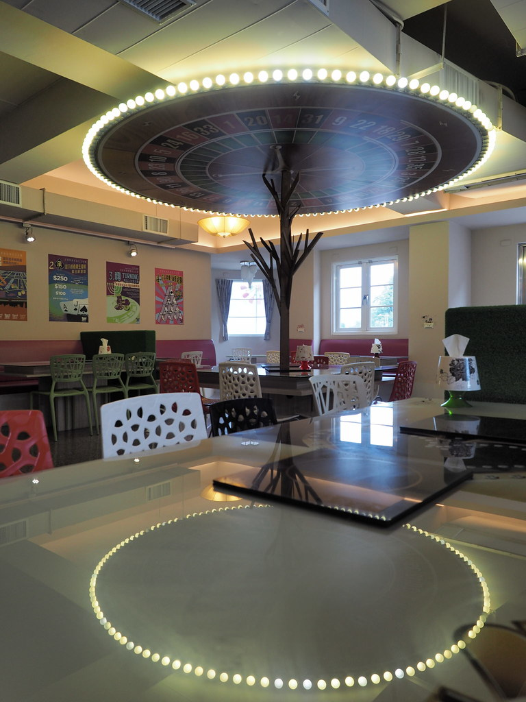 Roulette style dining table
