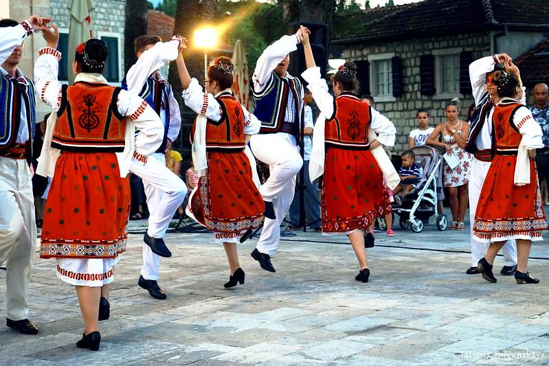Фольклорная группа из Румынии во время выступления в Херцег Нови