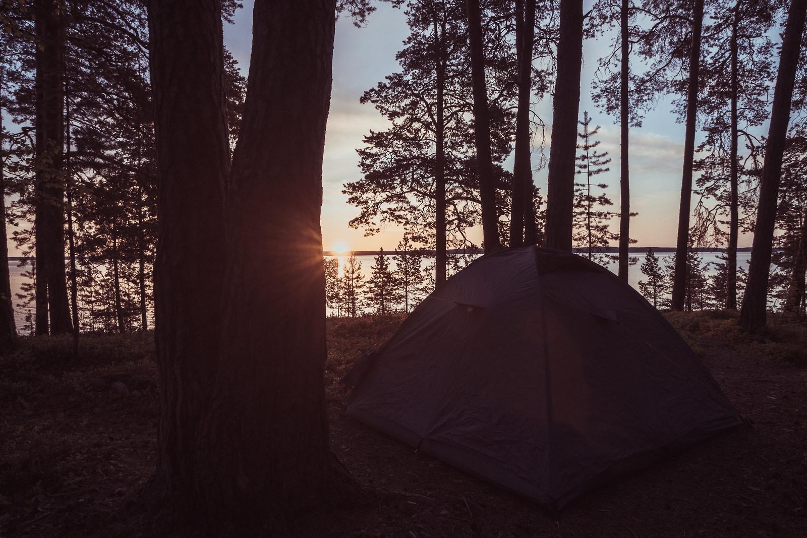 Aamuyöllä ihailemassa auringon nousua