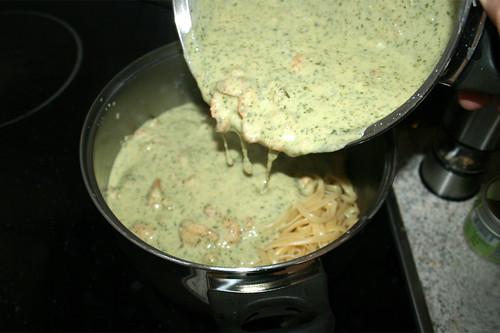 45 - Pasta & Sauce in großen Topf geben / Put pasta & sauce in big pot