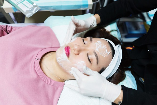 La Clinic: Removing makeup and cleansing face