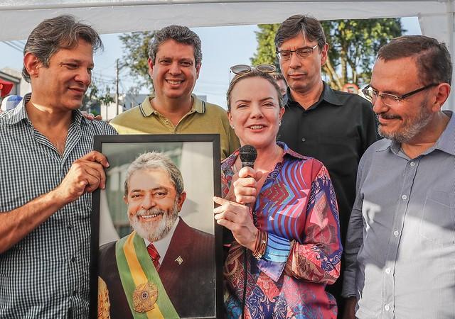 Ao lado de Fernando Haddad, Márcio Pochmann, Renato Simões e Márcio Macedo, Gleisi fala à vigília Lula Livre, em Curitiba - Créditos: Foto: Ricardo Stuckert