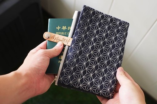 ❖ 南方設計 窗花設計護照套 ➠ http://bit.ly/2JRtK11 多層結構的護照套,除了可以放護照外,也能將經常使用到的卡片,像是信用卡、名片與現金都可以收納,連 iPhone 都可以裝進去,真皮質釦式與兩層拉鍊式的搭配,收納上更安全也更能安心。台南職人品牌「南方設計」以古樸的窗花元素設計出實用的護照套,讓您能隨時在人生旅途上擁有一起紀念回憶的經典配件喔。 一共有六種不同的花色可選,小編最喜歡的就是這款深藍色鐵窗花的款式了,您呢? 哎喔生活雜良 https://ift.tt/2t54VUK h