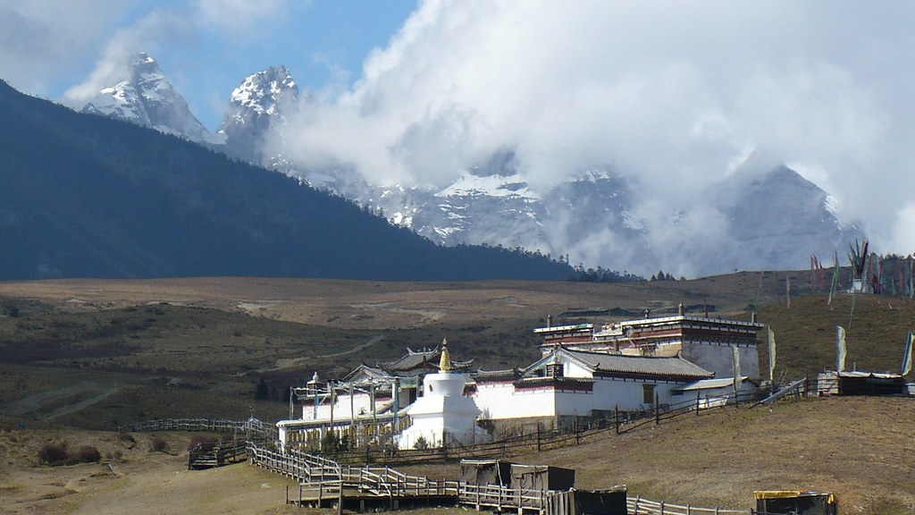 Tibetan_Temple,_Yak_Meadows,_Jade_Dragon_Snow_Mountain,_China_-_panoramio