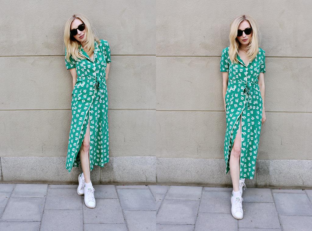 en grön klänning med vita blommor. | Sandra Beijer