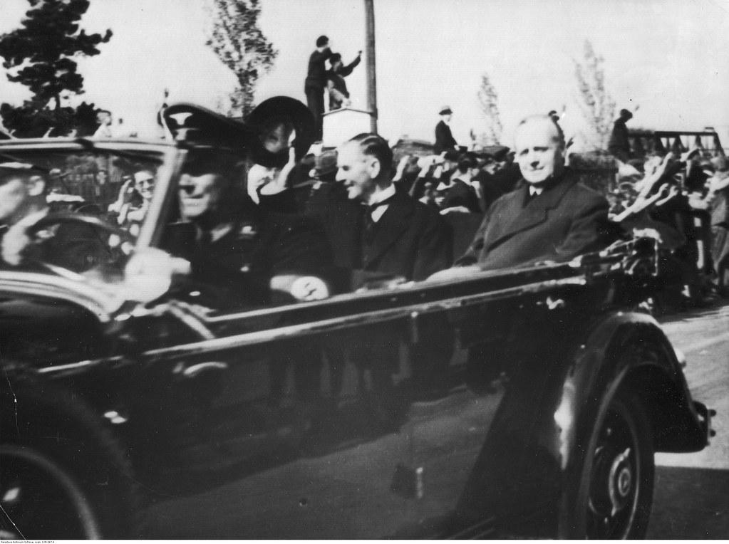Премьер-министр Великобритании Невилл Чемберлен и министр иностранных дел Германии Йоахим Риббентроп во время автомобильной поездки из аэропорта на конференцию