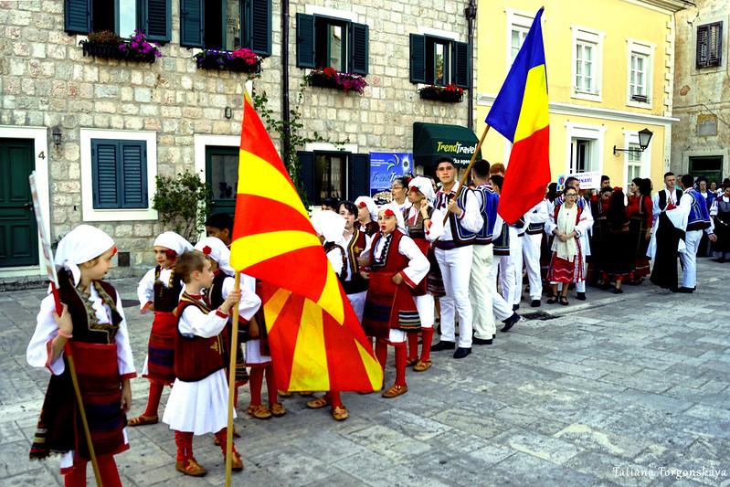 Фольклорные группы на площади Белависта