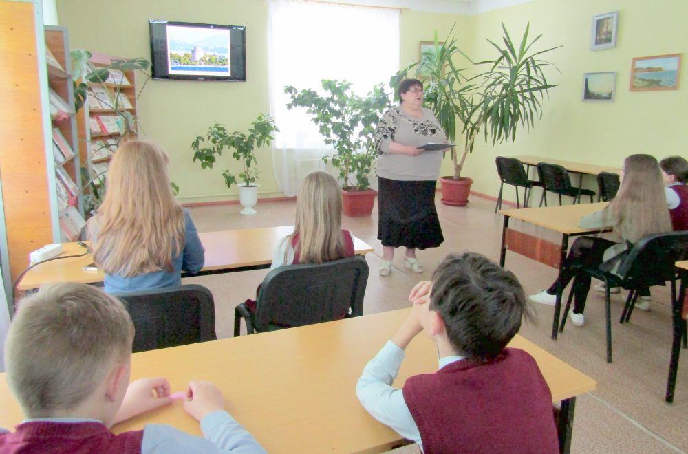 Учащиеся 5-го класса школы-гимназии в городской библиотеке