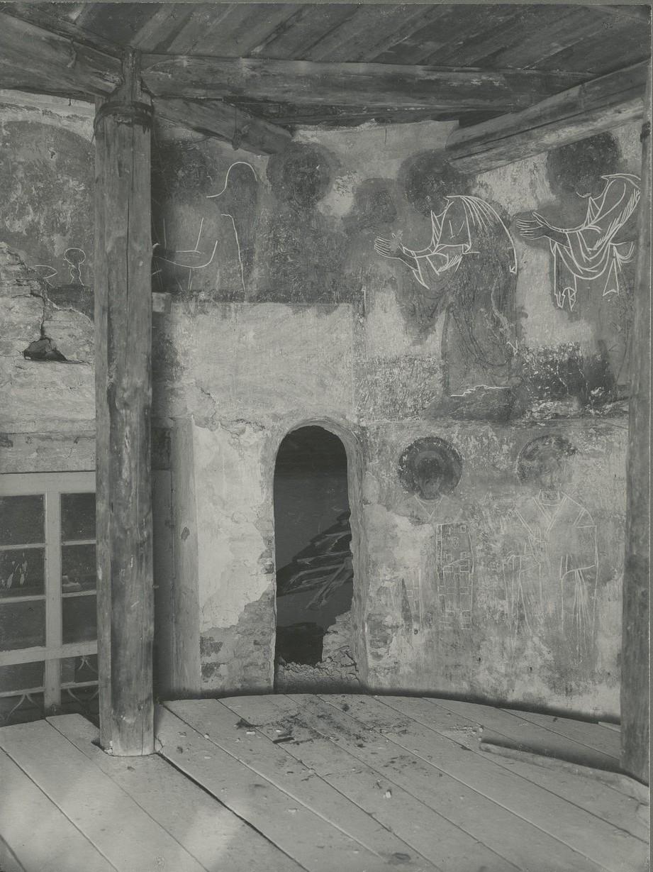 Фрагменты росписи нижней части южного склона  центральной апсиды  Спасо-Преображенского собора Мирожского монастыря  до реставрации