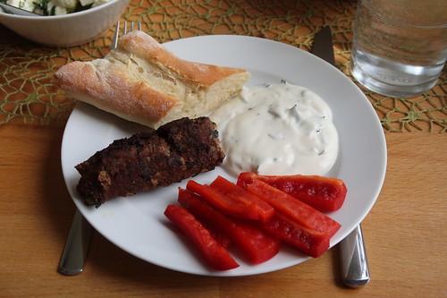 Köfte, Joghurtdip, rote Paprika und frischgebackenes Olivenölbaguette
