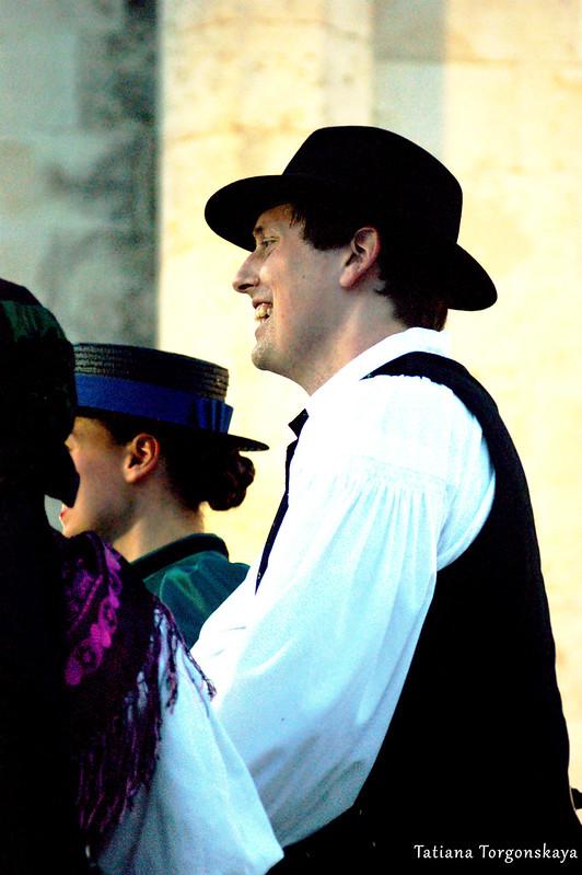Парень из фольклорной группы Словении во время выступления
