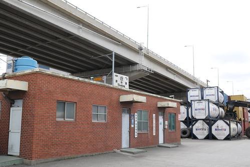 16울산항역 전경, 뒤로 외국에서 온 액체화물이 적재되어있다.