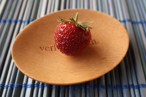 Erste Erdbeere von den Erdbeerpflanzen auf unserem Balkon