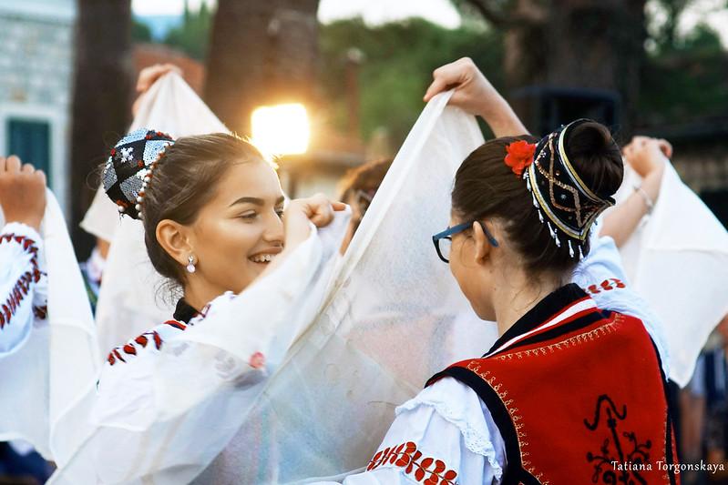 Румынки во время танца