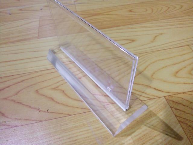 Biển chức danh sản xuất hàng loạt với giá rẻ bằng nhựa Mica trong (4) góc nhìn nghiêng