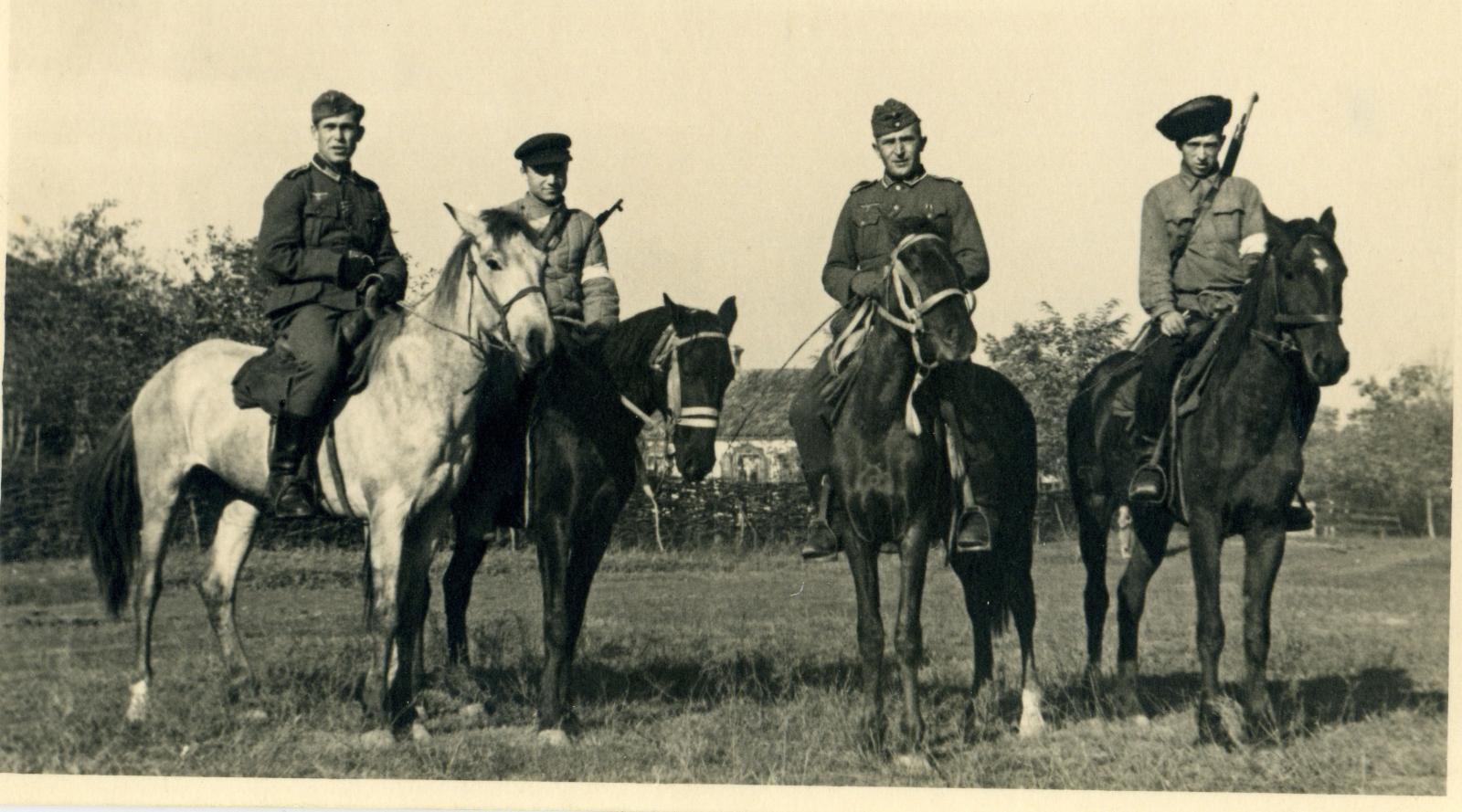 Конные полицейские с солдатами вермахта. 1942.