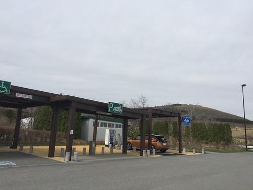 道央自動車道 静狩PA(上り)で急速充電中の日産リーフ(40kWh)